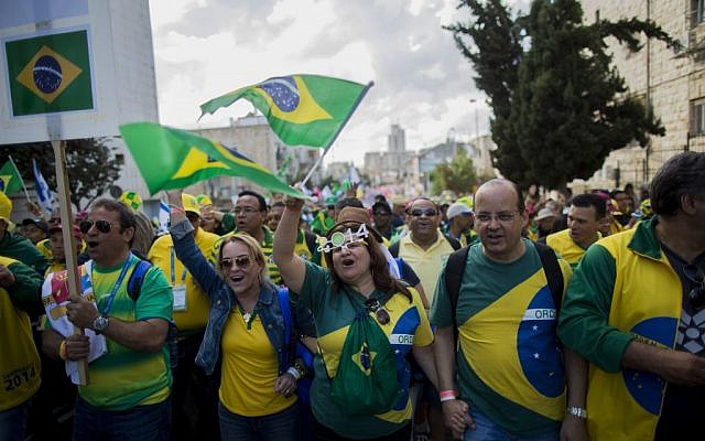 Thousands of Brazilian Christian Evangelists wave their national flag as they march in the Feast of the Tabernacles parade in Jerusalem, October 14, 2014. (Yonatan Sindel/Flash90)