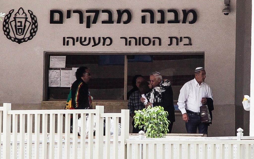 Former Israeli President Moshe Katsav, who is serving a seven-year sentence for rape, seen with his wife Gila, as he exits the prison for a leave over the Jewish holiday of Passover. April 03, 2015. (Flash90)
