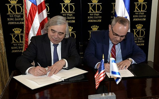 US Secretary of Energy Ernest Moniz and Minister of National Infrastructure, Energy, and Water Resources Yuval Steinitz sign a US-Israel energy cooperation agreement, at the King David Hotel in Jerusalem on April 04, 2016. (Matty Stern/U.S. Embassy Tel Aviv)