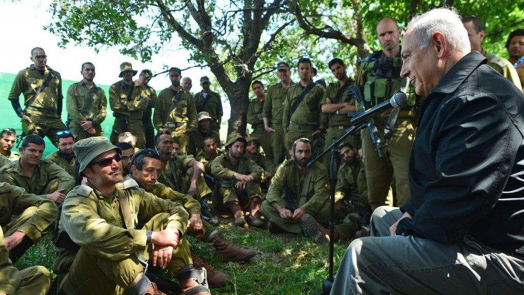 Prime Minister Benjamin Netanyahu meets with Israeli soldiers in the Golan Heights during a tour of the area on April 11, 2016. (Kobi Gideon/GPO)