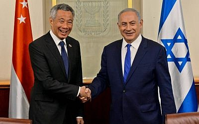 Prime Minister Benjamin Netanyahu and Singapore Prime Minister Lee Hsien Loong shake hands during a meeting at the Prime Minister office in Jerusalem on April 19, 2016. (Haim Zach / GPO)