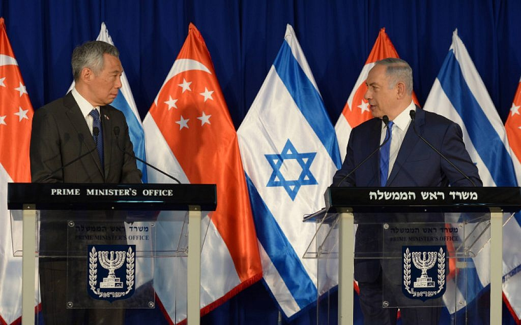 Prime Minister Benjamin Netanyahu (R) and Singapore Prime Minister Lee Hsien Loong seen during the welcome ceremony at the Prime Minister office in Jerusalem on April 19, 2016. (Haim Zach / GPO)