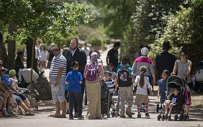 Israelis visit Jerusalem's Biblical Zoo during Passover, April 24, 2016. (Yonatan Sindel/Flash90)