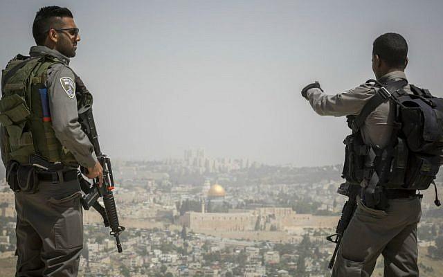 Israeli border policemen guard the Armon Hanatziv Promenade overlooking Jerusalem, April 25, 2015. (Nati Shohat/Flash90)