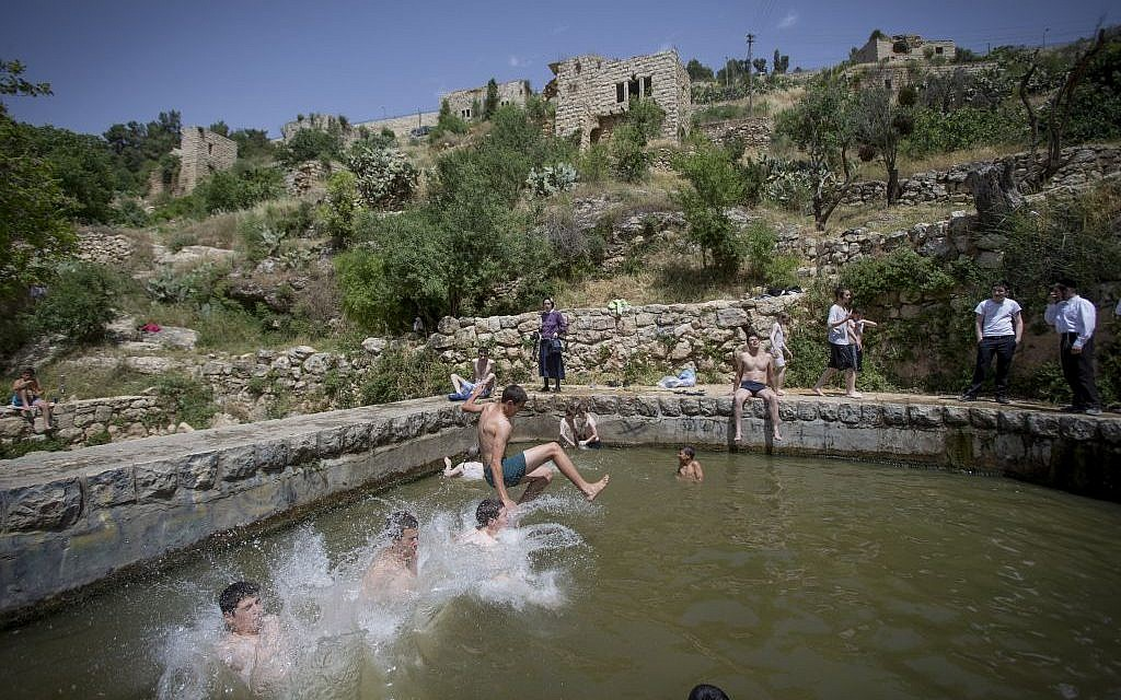 Israelis cool off at Lifta Spring in Jerusalem on April 26, 2016, as temperatures hit 40 degrees in some parts of the country. (Photo by Yonatan Sindel/Flash90)