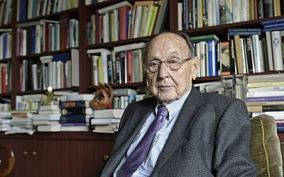 In this Nov. 6, 2014 file photo former German foreign minister Hans-Dietrich Genscher poses for the photographer at his home in Wachtberg, Germany. (AP Photo/Martin Meissner, File)