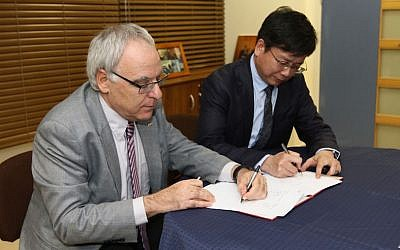Haifa Rector Prof. David Faraggi (L) and ECNU President Chen Qun sign an agreement for the establishment of the Joint Laboratory (Courtesy)