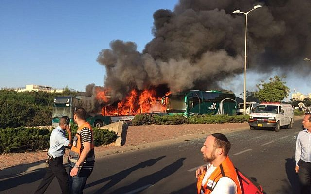 Two burning buses in Jerusalem. Police investigated the cause of the incident,  April 18, 2016. (Israel police)