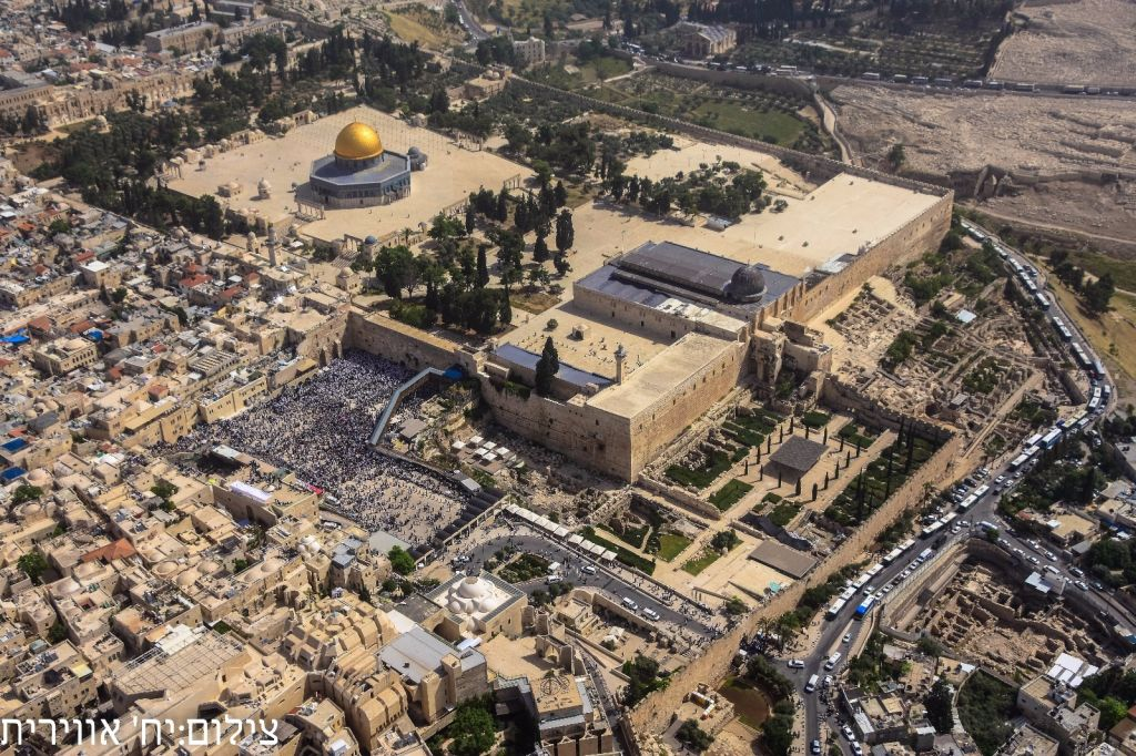 A view from a helicopter of the priestly blessing at the Western Wall on April 25, 2016 (Israel Police)