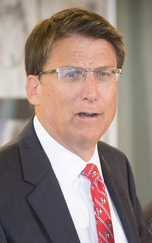 North Carolina's Republican Governor Pat McRory talks to the press in 2014 (Wikimedia Commons, NCDOTcommunications, CC BY 2.0)