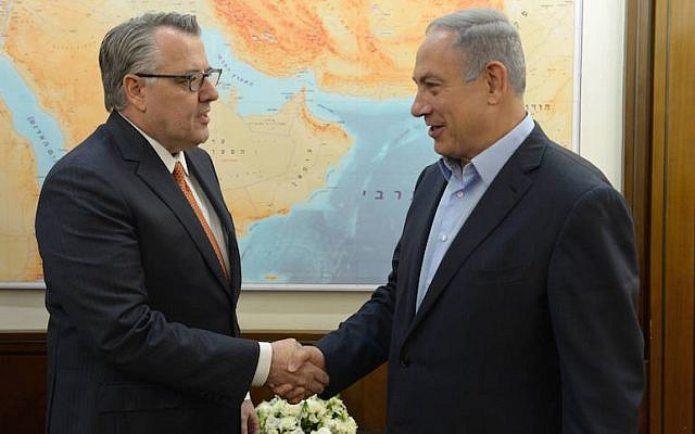 Motorola Solutions Chairman and CEO Greg Brown (left) shakes hands with Prime Minister Benjamin Netanyahu, April 13, 2016. (Amos Ben-Gershom/GPO)
