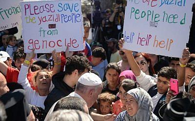 Le pape François accueille des migrants et des réfugiés dans le camp de réfugiés de Moria sur l'île grecque de Lesbos le samedi 16 avril 2016 (Crédit: Filippo Monteforte / Poolfoto via AP)