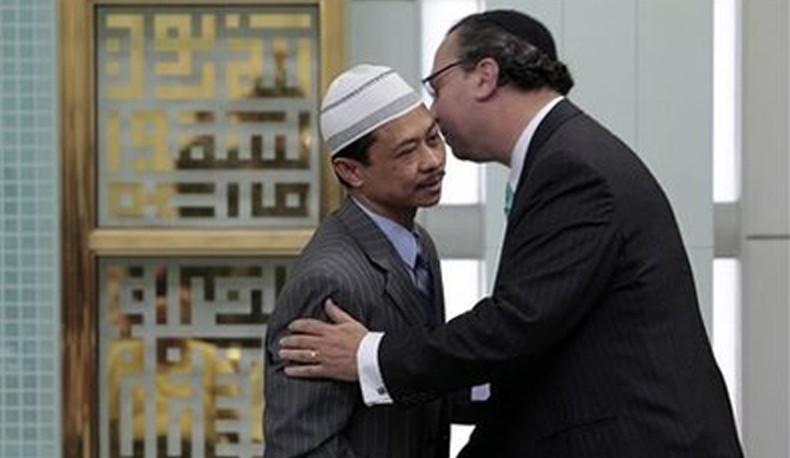 Rabbi Marc Schneier Resigning From Hampton Synagogue Denies