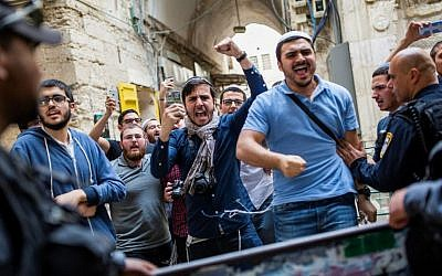 Israel Police hold back right-wing Jewish activists of the 'Temple Mount Faithful' movement outside the Temple Mount in Jerusalem's Old City, on April 10, 2016. (Corina Kern/Flash90)