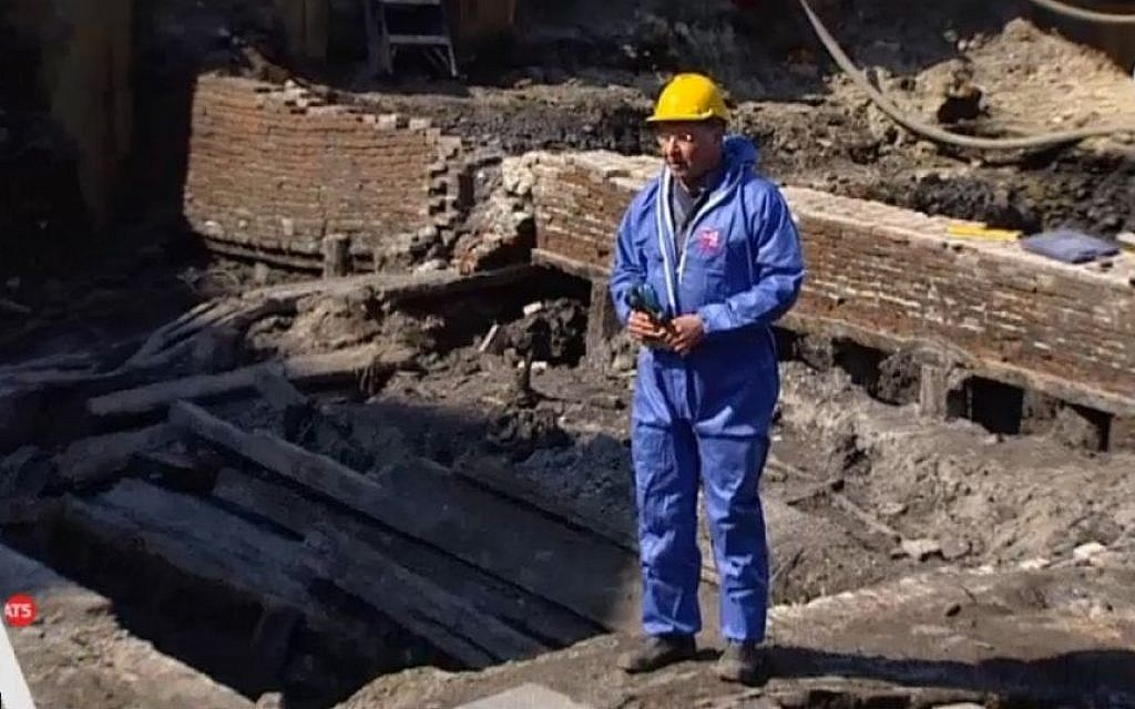 An archaeologist on the site of the remnants of a Jewish 17th-century slum in the center of the Dutch capital (at5.nl screenshot)