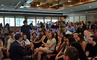 Jerusalem Mayor Nir Barkat addressing students at San Francisco University on April 6, 2016, as pro-Palestinian demonstrators protest in the background. (Jerusalem Municipality)