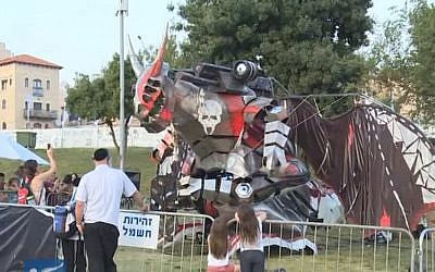 Visitors watch the dragon robot at the Geek PicNic held in Jerusalem during Passover 2016. (screen capture: YouTube)