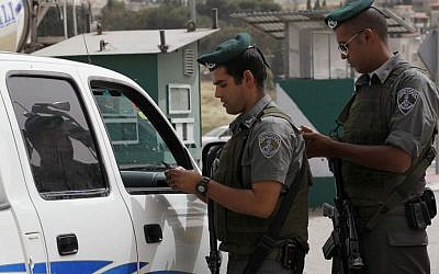Illustrative photo of Border Policemen checking the papers of Palestinians drivers at a checkpoint, May 9 2010. (Nati Shohat/Flash90)