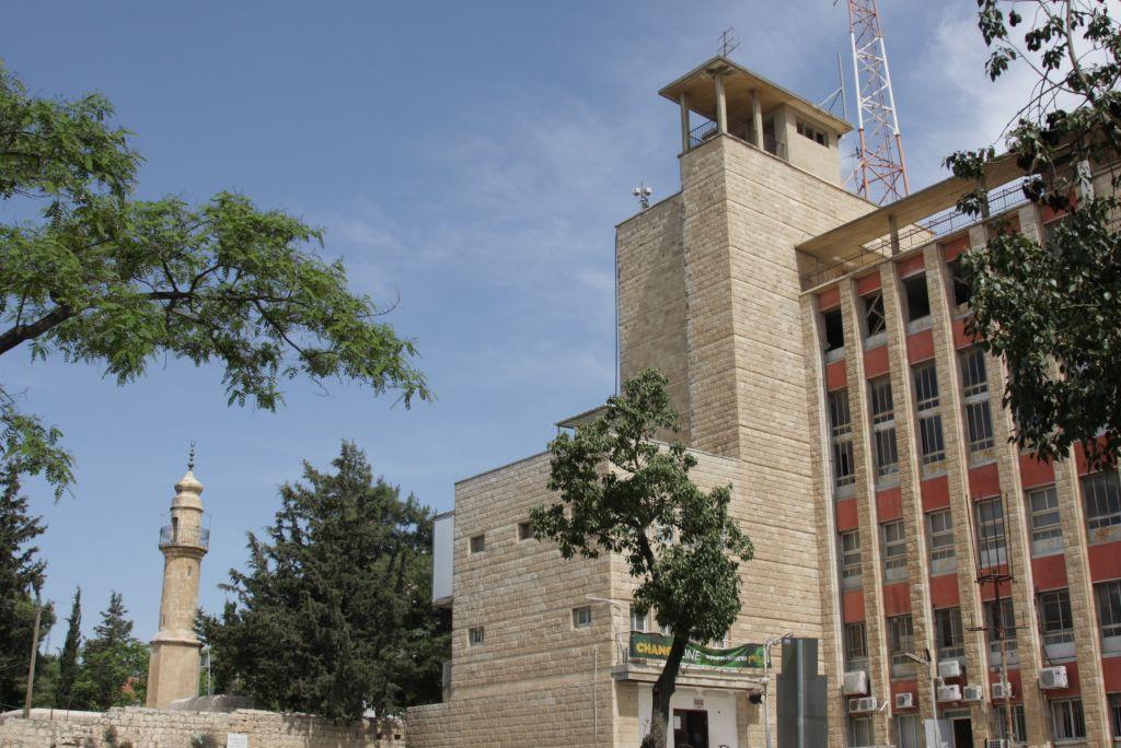 The histadrut HQ and, at left, Nebi Ukasha (Shmuel Bar-Am)