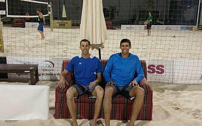 Israeli beach volleyball duo Sean Faiga and Ariel Hilman at the Qatar Open in Doha, April 4, 2016. (Courtesy: IVA on Facebook)