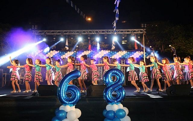 Israeli girls perform at an Independence Day ceremony in Netanyahu on Wednesday, May 11, 2016 (Nimrod Glickman)