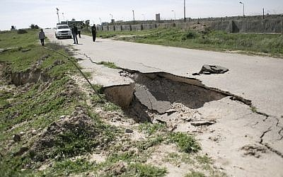 A picture taken on March 1, 2016 shows a deep crack on an asphalt road next to the border between Egypt and Gaza, in the city of Rafah, in the southern Gaza Strip.  (AFP PHOTO / SAID KHATIB)
