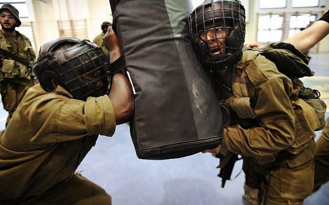 Soldiers from the IDF's Golani Brigade seen during Krav Maga training at the Regavim Army base on April 19, 2016. (AFP PHOTO / MENAHEM KAHANA)