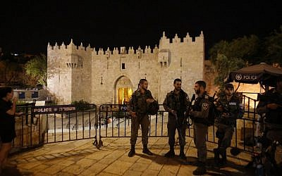 Border policemen stand guard outside at Damascus Gate, a main entrance to Jerusalem's Old City, late on May 2, 2016, following a stabbing attack that moderately wounded an Israeli man. (AFP/Ahmad Gharabli)