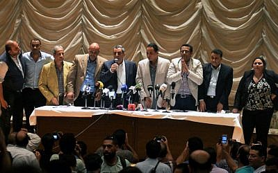 The head of the Egyptian journalists' union, Yahiya Kallash, center, speaks next to members of the association during an emergency general assembly on May 4, 2016, at their headquarters in Cairo. (AFP/Khaled Desouki)