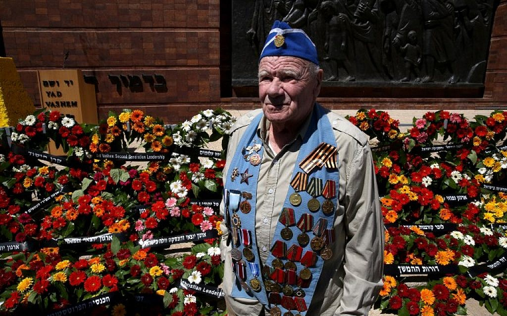 A World War II veteran stands next to wreaths during the annual Holocaust Remembrance Day ceremony at the Yad Vashem Holocaust Memorial in Jerusalem on May 5, 2016. (AFP PHOTO/GALI TIBBON)