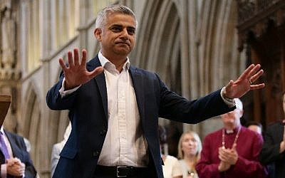 Incoming London Mayor Sadiq Khan gestures during his swearing-in ceremony at Southwark Cathedral in cental London on May 7, 2016. (AFP PHOTO / POOL / Yui Mok)