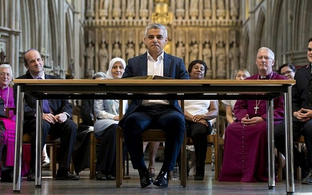 Britain's incoming London Mayor Sadiq Khan, center, attends his signing-in ceremony at Southwark Cathedral, cental London, May 7, 2016. (AFP/Yui Mok)
