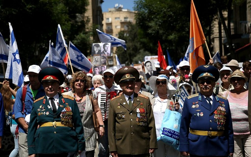 Israeli World War II veterans of the Allied armies of Russian origins take part in a parade marking the 71st anniversary of the Allied victory over Nazi Germany, in Jerusalem, on May 8, 2016. (AFP PHOTO / GALI TIBBON)