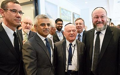 (L-R) Israeli Ambassador Mark Regev, London Mayor Sadiq Khan, Holocaust survivor and Olympian Ben Helfgott and Chief Rabbi Ephraim Mirvis of the United Congregations of the Commonwealth attend the Yom HaShoah Commemoration, the British Jewish community's Holocaust remembrance ceremony, in Barnet, north London, on May 8, 2016. (AFP PHOTO/LEON NEAL)