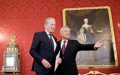 President of Austria Heinz Fischer, right, entrusts Austria's interim Chancellor Reinhold Mitterlehner with government functions in Vienna, Austria, on May 9, 2016. (AFP/APA/GEORG HOCHMUTH)