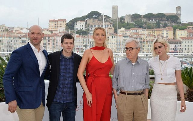 From left to right, actor Corey Stoll, actor Jesse Eisenberg, actress Blake Lively, director Woody Allen and actress Kristen Stewart pose during a photocall for the film Cafe Society' ahead of the opening of the 69th Cannes Film Festival, southern France, May 11, 2016. (AFP/ALBERTO PIZZOLI)