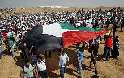 Arab-Israeli protesters hold Palestinian flags as they march near the southern Israeli town of Rahat on May 12, 2016. (AFP/AHMAD GHARABLI)