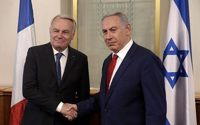 Prime Minister Benjamin Netanyahu, right, shakes hands with French Foreign Minister Jean-Marc Ayrault on May 15, 2016 during a meeting at the Prime Minister's Office in Jerusalem. (AFP Photo/Pool/Menahem Kahana)