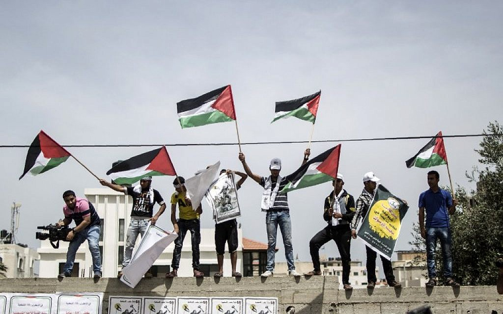 Palestinians wave flags on May 15, 2016 in Gaza City during a Nakba Day rally. (AFP/ MAHMUD HAMS)