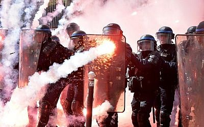 Police stand in formation as they clash with protesters at a traditional May Day demonstration on May 1, 2016, in Paris. (AFP PHOTO / MIGUEL MEDINA)