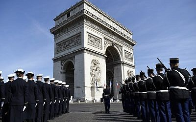 Soldiers pay their respects in front of the Arc de Triomphe in Paris, France, during a ceremony marking the 71st anniversary of the victory over Nazi Germany during World War II, May 8, 2016. (AFP/Lionel Bonaventure)