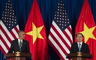 US President Barack Obama, left, and Vietnamese President Tran Dai Quang speak during a joint press conference in Hanoi May 23, 2016. (AFP/JIM WATSON)