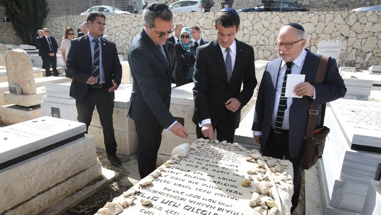 French Prime Minister Manuel Valls visits the grave of Myriam Monsonego, one of the four French Jews killed in a March 2012 Islamist attack on a Jewish school in Toulouse, at the Givat Shaul cemetery in Jerusalem on May 23, 2016. (AFP PHOTO / MENAHEM KAHANA)