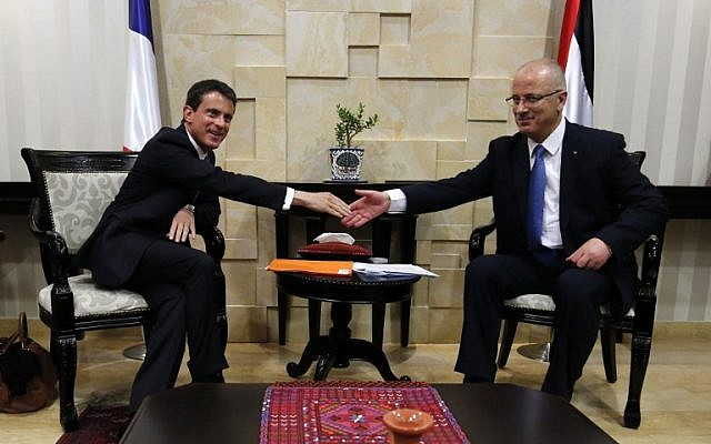French Prime Minister Manuel Valls (left) and Palestinian Authority Prime Minister Rami Hamdallah (right) meet in the West Bank city of Ramallah, May 24, 2016. (AFP/Abbas Momani)
