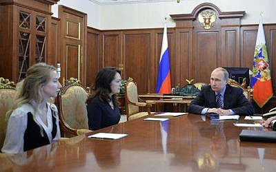Russian President Vladimir Putin meets with the relatives of two Russian journalists killed in eastern Ukraine in June 2014, at the Kremlin in Moscow, May 25, 2016. (AFP Photo/Sputnik/Alezei Druzhinin)