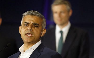 Sadiq Khan, Labour Party candidate, speaks in front of Zac Goldsmith, Conservative Party candidate, after winning the London mayoral elections, at City Hall in London, Saturday, May 7, 2016. (AP Photo/Kirsty Wigglesworth)