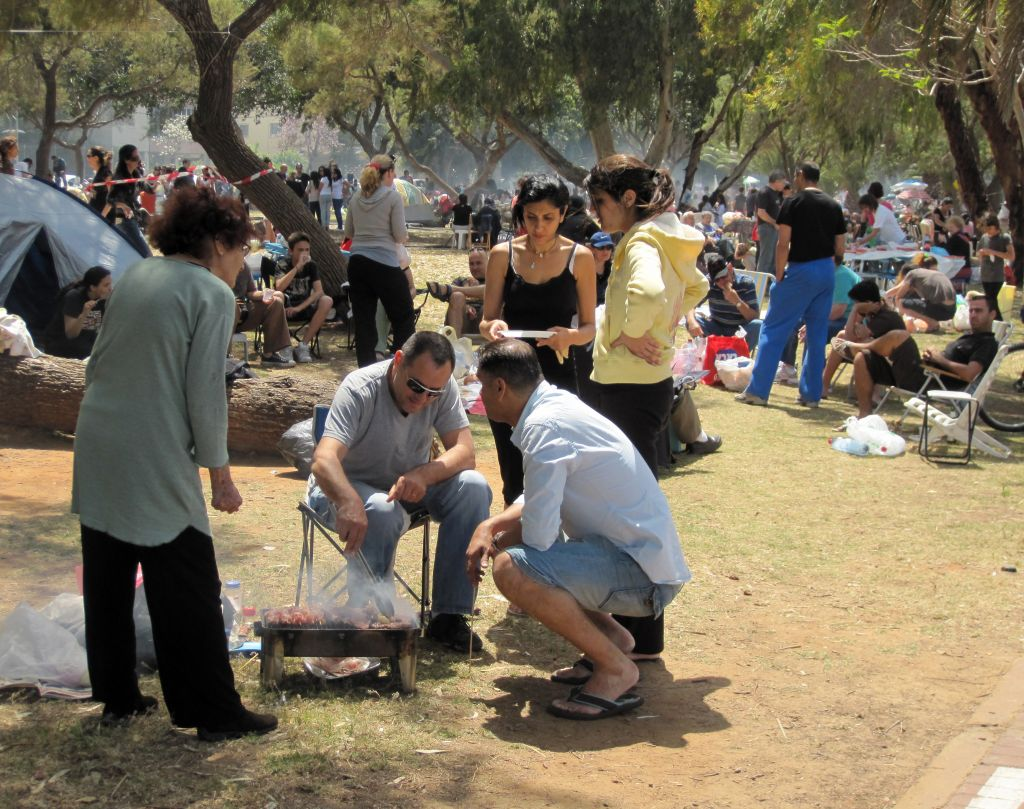 Staking out a claim for the annual Independence Day grill fest at Jerusalem's Sacher Park in 2009 (Deborah Sinai/Flash 90)