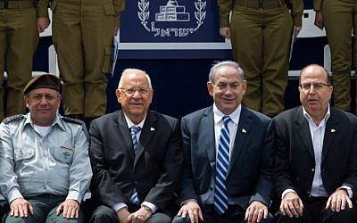 IDF Chief of Staff Gadi Eisenkot (L), President Reuven Rivlin (2L), Prime Minister Benjamin Netanyahu (2R) and former defense minister Moshe Ya'alon smile for a photograph during a ceremony for outstanding soldiers as part of Israel's 67th Independence Day celebrations, at the President's residence in Jerusalem on April 23, 2015. (Miriam Alster/Flash90)