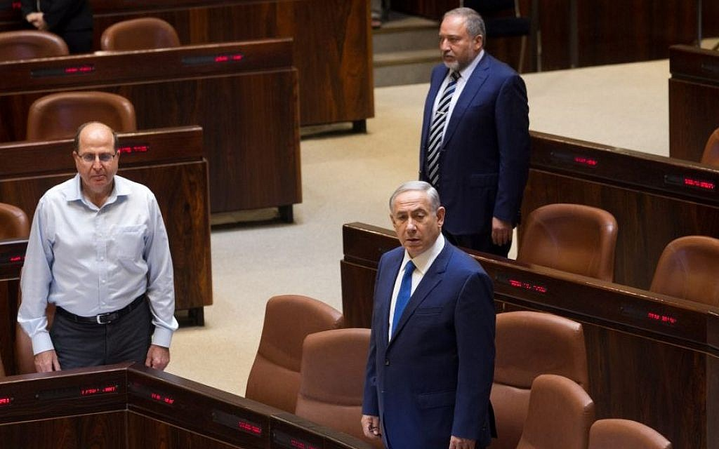Prime minister Benjamin Netanyahu at the opening of the winter session of the Knesset, October 12, 2015. To his left stands Moshe Ya'alon, behind him Avigdor Liberman (Miriam Alster/Flash90)