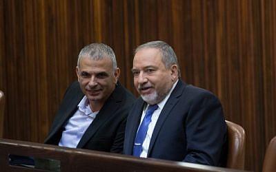 Finance Minister Moshe Kahlon, left, speaks with Yisrael Beytenu leader Avigdor Liberman in the Knesset, November 18, 2015. (Yonatan Sindel/Flash90)